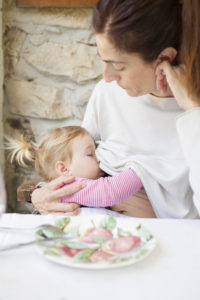 baby-breastfeeding-mother-in-restaurant